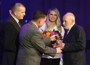 Bogdan Loebl odbiera nagrodę z rąk marszałka Adama Struzika