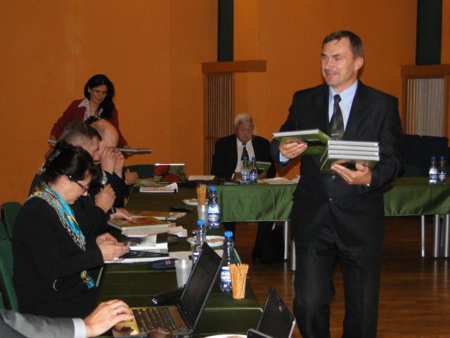 Promocja albumu na sesji rady powiatu otwockiego